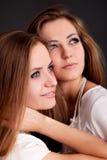 2 красивых близнеца девушек, изолированного на черноте Стоковое Изображение