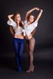 2 красивых близнеца девушек, на черноте Стоковое Изображение