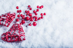 2 красивых винтажных красных сердца с ягодами омелы на белой предпосылке снега Рождество, влюбленность и концепция дня валентинок Стоковая Фотография RF