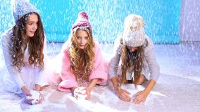 3 красивых девушки в игре шляпы в снеге видеоматериал