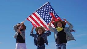 3 красивых девушки в ковбойских шляпах с американским флагом сток-видео