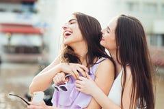 2 красивых девушки имея потеху на улице Стоковая Фотография