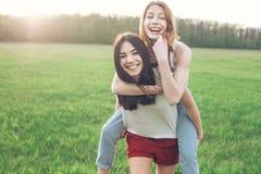 2 красивых девушки имея потеху outdoors Стоковое Изображение