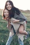 2 красивых девушки имея потеху outdoors Стоковые Фотографии RF