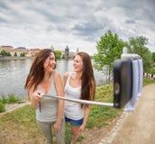 2 красивых девушки принимая selfie Стоковое Фото