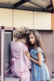 2 красивых девушки различных национальностей обнимают стоковые фотографии rf