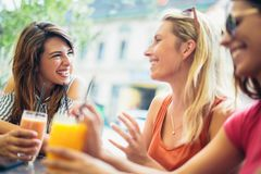 3 красивых друз в кафе Стоковые Фотографии RF