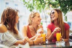 3 красивых друз в кафе Стоковое Фото