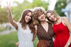 3 красивых друз молодых женщин стоковые фотографии rf