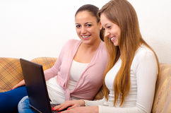 2 красивых девочка-подростка занимаясь серфингом интернет Стоковые Изображения RF
