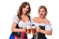 2 красивых девушки белокурых и брюнет oktoberfest глиняной кружки пива Стоковое Фото