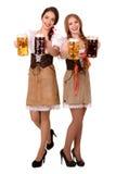 2 красивых девушки белокурых и брюнет oktoberfest глиняной кружки пива Стоковые Фото