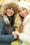 2 красивых девушки внешней в зиме Стоковая Фотография RF
