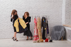 2 красивых девушки выбирают их одежды на вечер Стоковое Изображение