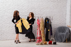 2 красивых девушки выбирают их одежды на вечер Стоковая Фотография RF