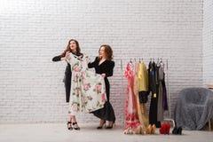 2 красивых девушки выбирают их одежды на вечер Стоковая Фотография