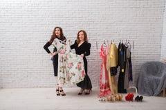 2 красивых девушки выбирают их одежды на вечер Стоковые Изображения