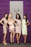 4 красивых девушки в костюмах стиля моды нося Стоковое Изображение RF