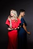 2 красивых девушки в платьях вечера усмехаться, держа Шампарь стеклянный Стоковое фото RF