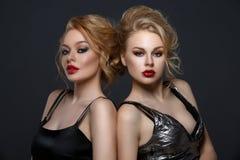 2 красивых девушки в платьях вечера Стоковая Фотография RF