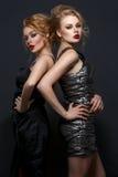 2 красивых девушки в платьях вечера Стоковые Фото