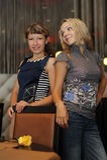2 красивых девушки в ресторане Стоковое фото RF