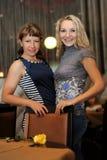 2 красивых девушки в ресторане Стоковое Изображение