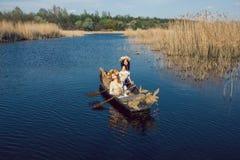 2 красивых девушки в шлюпке на реке Стоковые Изображения RF