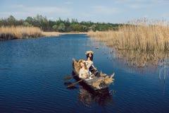 2 красивых девушки в шлюпке на реке Стоковые Фотографии RF