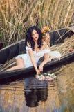 2 красивых девушки в шлюпке Стоковая Фотография RF