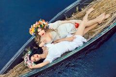 2 красивых девушки в шлюпке Стоковое Изображение
