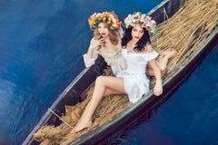 2 красивых девушки в шлюпке Стоковое фото RF