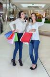 2 красивых девушки делают selfie в торговом центре Стоковое фото RF