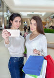 2 красивых девушки делают selfie в торговом центре Стоковые Изображения RF