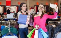2 красивых девушки делают selfie в торговом центре Стоковые Фото