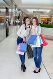 2 красивых девушки делают selfie в торговом центре Стоковое Изображение RF