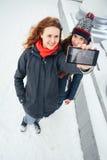 2 красивых девушки делая selfie на белой предпосылке Стоковые Изображения