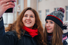 2 красивых девушки делая selfie на белой предпосылке Стоковое Изображение