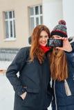 2 красивых девушки делая selfie на белой предпосылке Стоковое Изображение RF