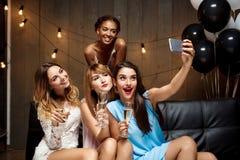 4 красивых девушки делая selfie на партии Стоковое фото RF