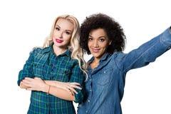 2 красивых девушки делая selfie Стоковая Фотография RF