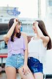 2 красивых девушки имея потеху на улице Стоковое фото RF