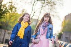2 красивых девушки идя совместно и беседуя Стоковые Фото