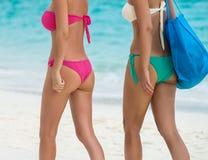 2 красивых девушки идя для тропического пляжа Стоковое Изображение