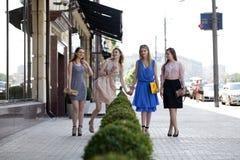 4 красивых девушки моды идя на улицу Стоковое Изображение RF