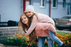 2 красивых девушки на улице Стоковое фото RF