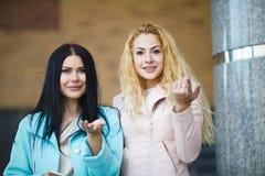 2 красивых девушки на улице Стоковое Фото