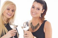 2 красивых девушки партии на предпосылке изолированной белизной Стоковые Изображения RF