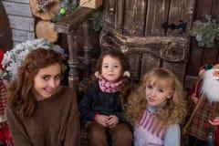 3 красивых девушки представляя в украшениях рождества Стоковые Изображения RF