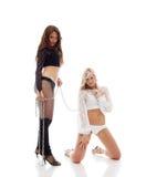 2 красивых девушки представляя с цепью в студии Стоковая Фотография RF